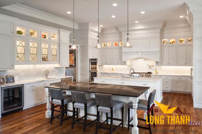 Có nên chọn tủ bếp tân cổ điển gỗ tự nhiên sơn trắng cho gian bếp không?