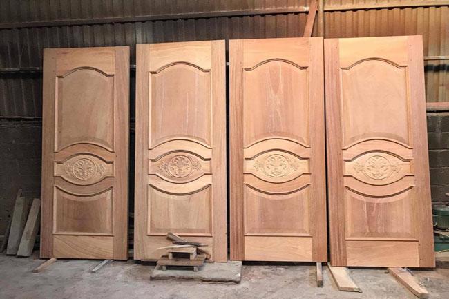 Cửa gỗ tự nhiên tân cổ điển LT02