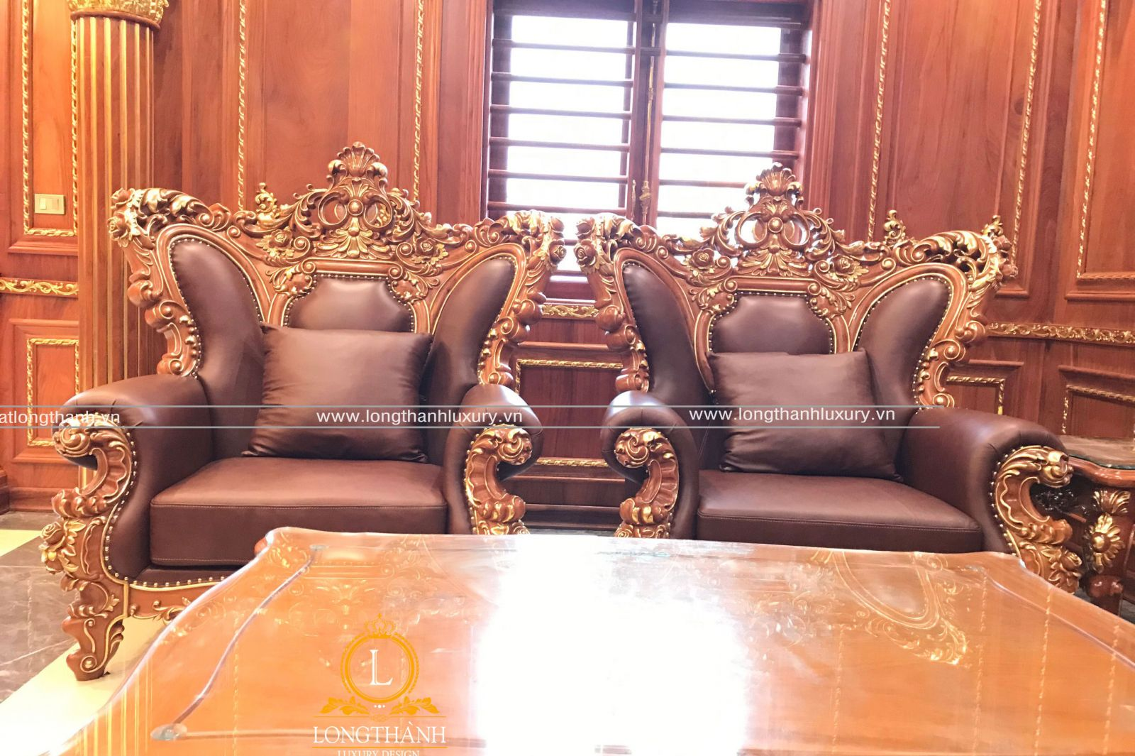 Mẫu sofa dát vàng sang trọng được trưng bày tại showoom tạo ấn tượng mạnh cho khách hàng
