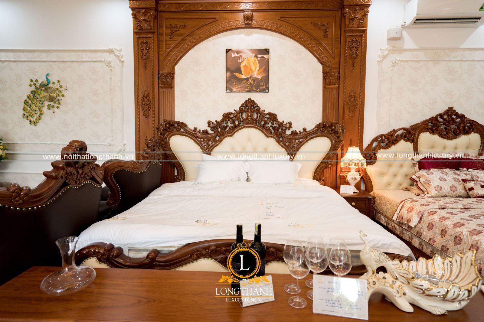 Những chiếc giường ngủ tân cổ điển cũng được trưng bày tại cửa hàng đại lý cho khách hàng tham quan trải nghiệm