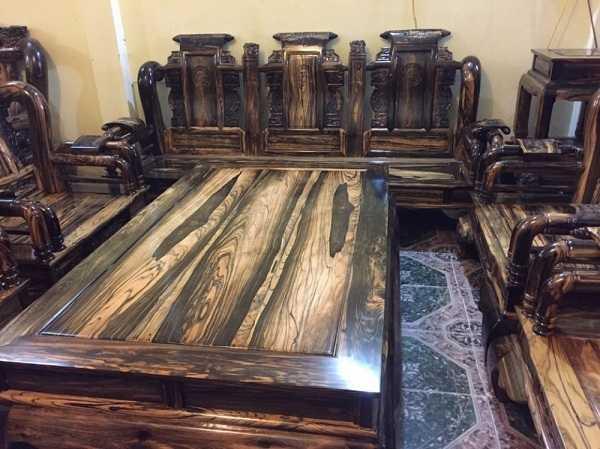 Dòng gỗ Cẩm Lai đen bóng mịn càng làm tăng giá trị đồ nội thất