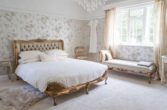 Nội thất phòng ngủ Pháp được sơn mạ vàng tạo sự sáng bóng cho toàn bộ không gian