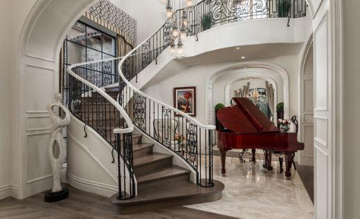 Nội thất biệt thự Pháp được lựa chọn phù hợp với không gian kết hợp đồ decor bắt mắt