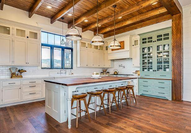 Không gian bếp ăn biệt thự Pháp ấn tượng với sự hài hòa màu sắc sơn tường và nội thất