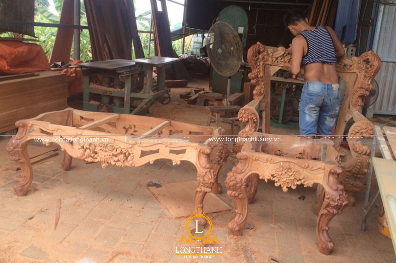 Sofa được người thợ chạm khắc tỉ mỉ