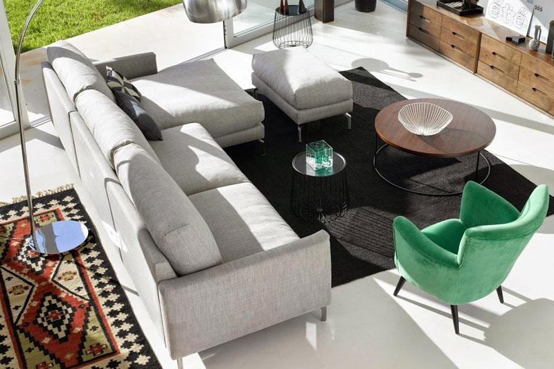 Không gian phòng khách được thiết kế độc đáo và trẻ trung với phong cáchMix and Match