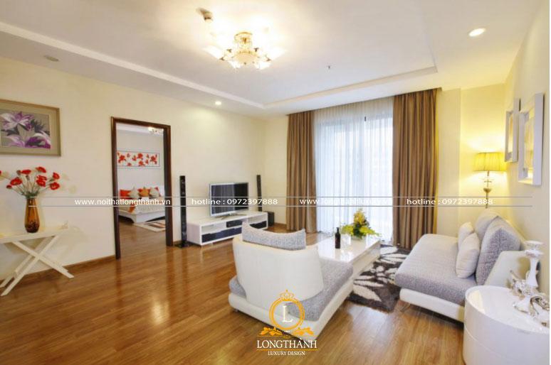 Chiếc đèn chùm với ánh sáng vàng cho căn phòng khách thêm ấm áp