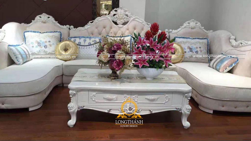 Bộ sofa tân cổ điển sơn trắng được bài trí nổi bật trong không gian phòng khách