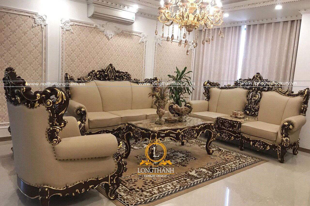 Bộ sofa tân cổ điển dát vàng trưng bày tại cửa hàng được nhiều khách hàng quan tâm
