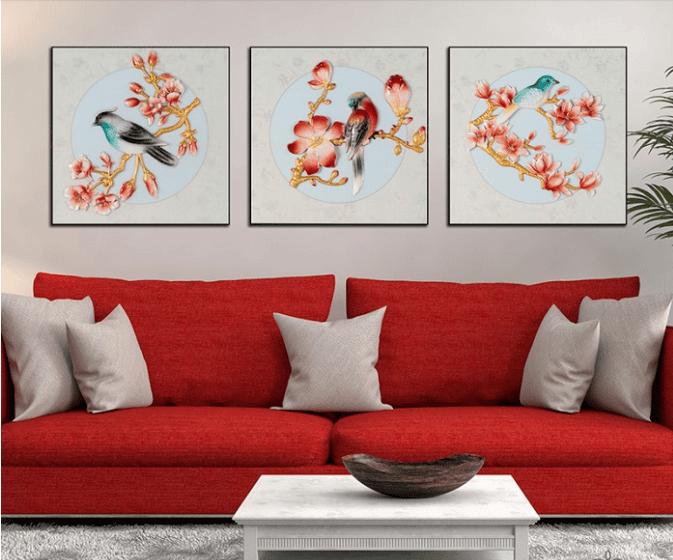 Bức tranh treo tường hoa khai phú quý có ý nghĩa may mắn được bố trí trung tâm phòng khách