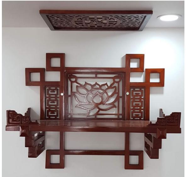 Bàn thờ treo tường cho chung cư phong cách tân cổ điển có hoa văn trang trí
