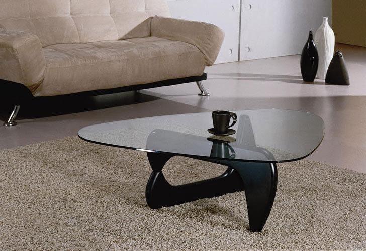 Bàn trà phòng khách làm từ kính cường lực với thiết kế độc đáo