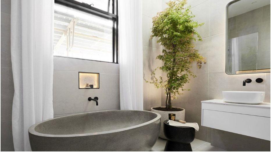 Tragn trí cây cnarh trong không gian phòng tắm thêm tự nhiên hơn