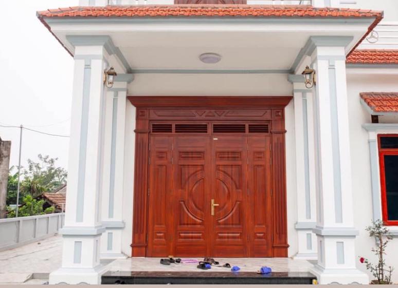 Cửa đi chính cho nhà hiện đại được làm từ chất liệu gỗ Căm xe