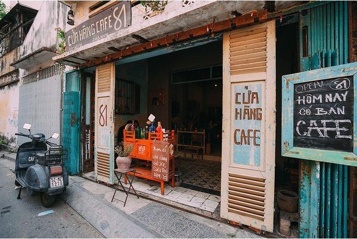 Cửa gỗ sách xưa sử dụng cho quán cafe phong cách cổ điển đơn giản