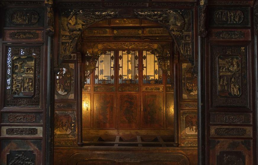 Mẫu cửa gỗ sách xưa cổ điển với những đường nét hoa văn sinh động trìu tượng