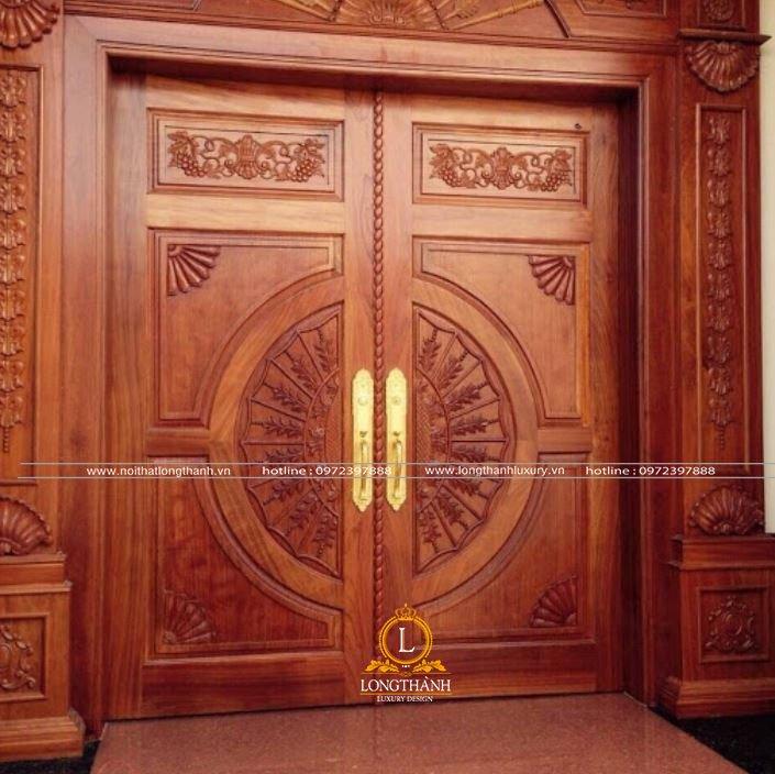 Ảnh thật cửa gỗ gõ đỏ thự nhiên đẹp của nội thất Long Thành