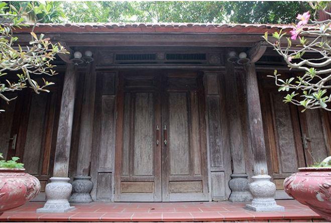 Cửa gỗ xưa còn được gọi là cửa lá sách xưa dùng làm cửa chính hoặc cửa sổ