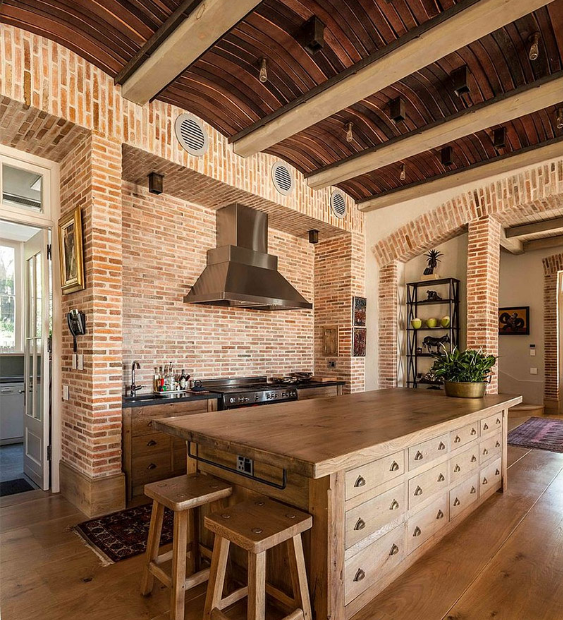 Decor căn bếp với tường gạch và sàn gỗ