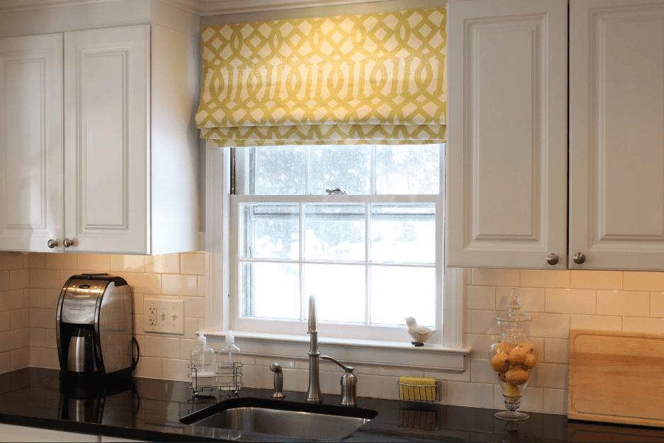 Decor gian bếp bằng rèm cửa họa tiết nhẹ nhàng, tinh tế