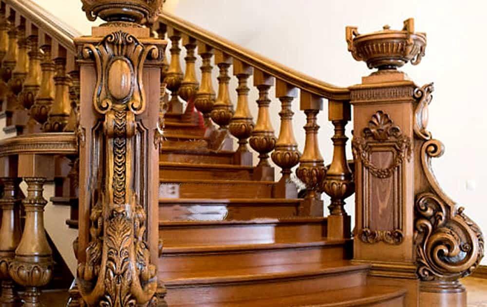Đường nét hoa văn ấn tượng của cầu thang gỗ cổ điển