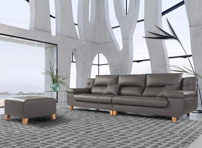 Ghế sofa được đặt bên ngoài trời và có mái che