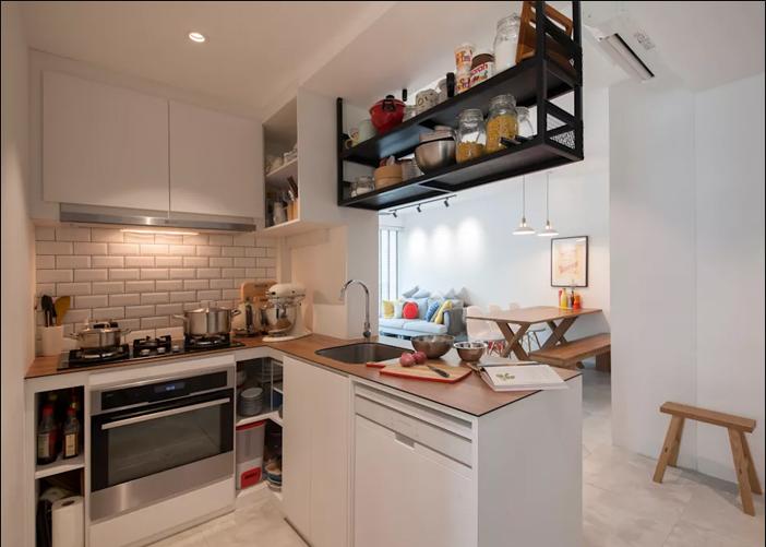 Tận dụng khoảng diện tích trần nhà để làm một chiếc giá treo lưu trữ vật dụng nhà bếp có tần suất sử dụng ít