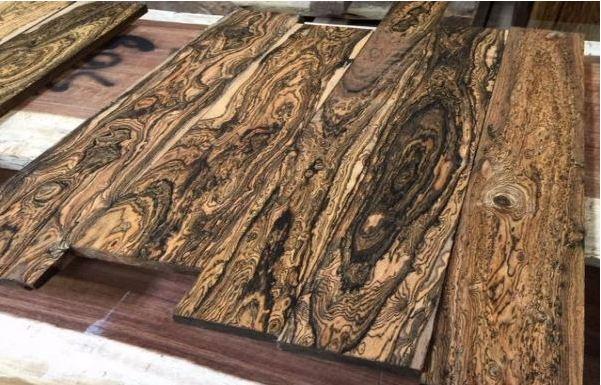 Bề mặt và màu sắc của gỗ mun đuôi công