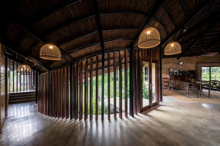 Các khu vực chức năng trong nhà đều uốn cong, liên thông với nhau bằng hành lang gỗ