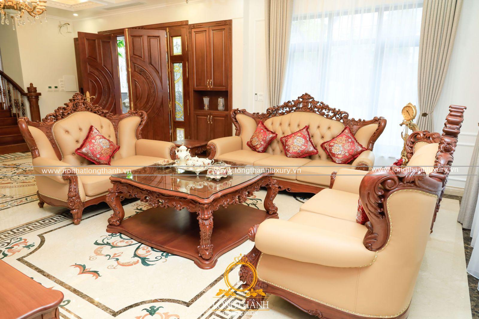 Điểm nhấn chính cho không gian phòng khách là bộ sofa tân cổ điển gỗ Gõ
