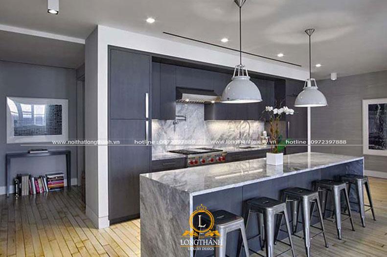 Không gian bếp ăn hiện đại với màu tối