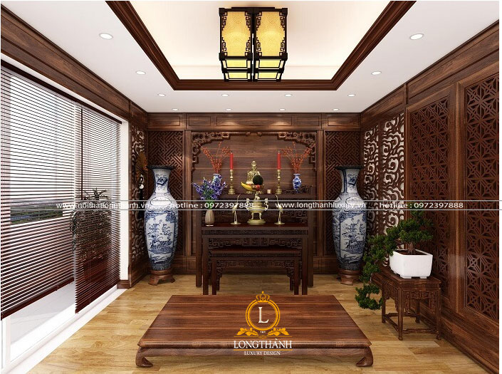 Không gian thiết kế phòng thờ bằng gỗ gõ đỏ trang trọng, thể hiện lòng thành kính của con cháu với tổ tiên