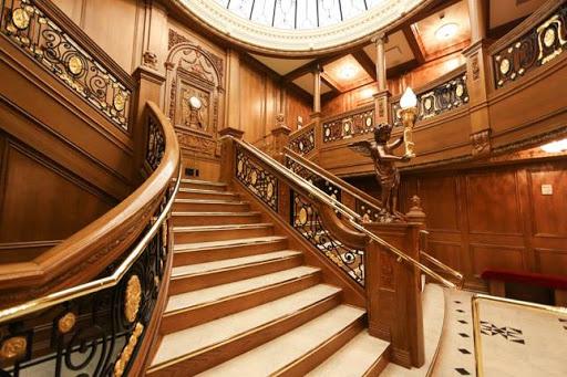 Mẫu cầu thang gỗ cổ điển rạm vàng lộng lẫy