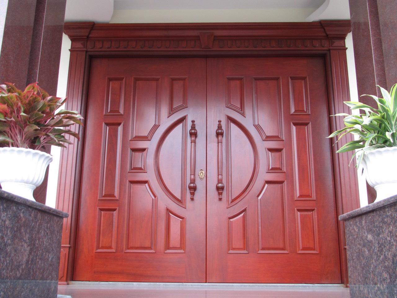 Mẫu cửa chính 2 cánh màu nâu đỏ độc đáo