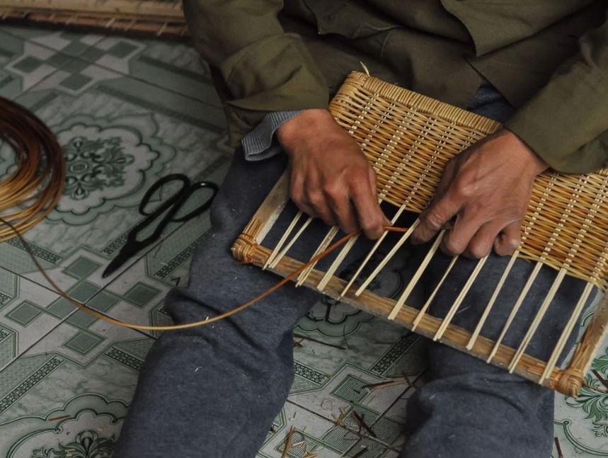 Người thợ ngồi đan mây