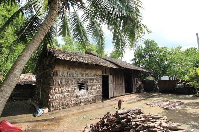 Nhà lá được làm từ lá dừa kết lại với nhau