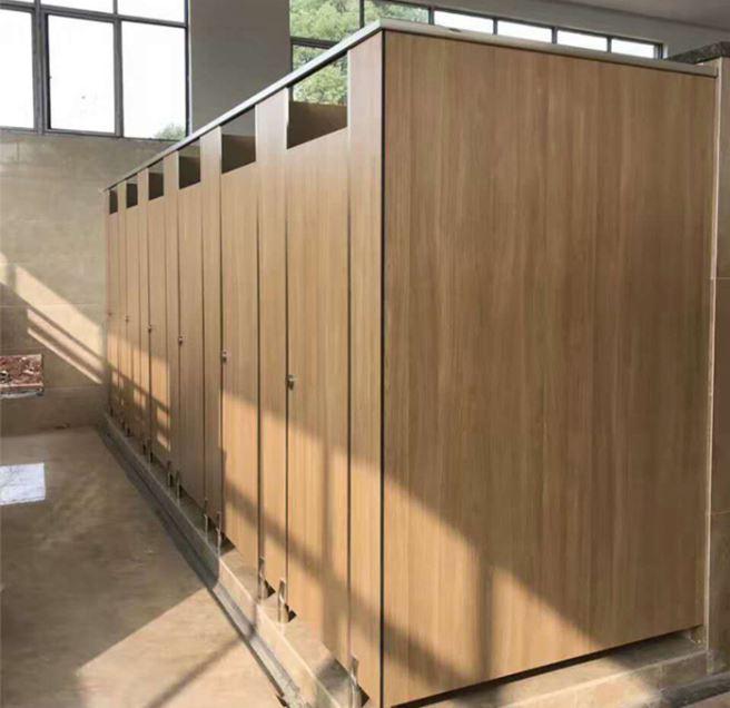 Nhà vệ sinh với tường bằng gỗ nhựa