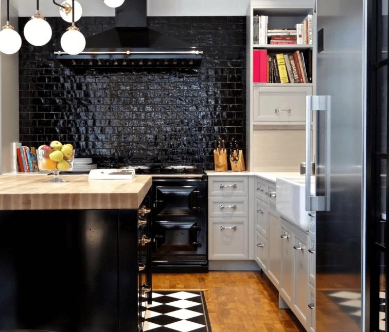 Phòng bếp màu tối với phần backsplash gạch sơn đen bóng
