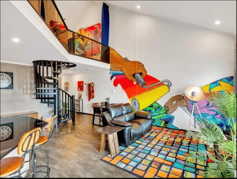 Sử dụng kết hợp nhiều phong cách Grafiti khác nhau trong gian phòng tạo nên căn phòng sống động