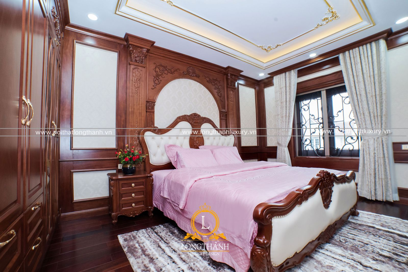 Phòng ngủ cô con gái nổi bật với bộ chăn ga sắc hồng