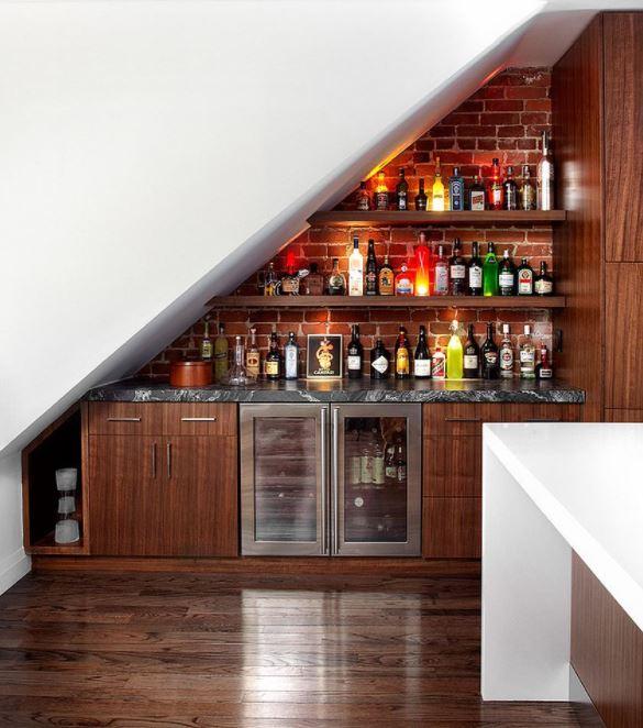 Tận dụng gầm cầu thang thành quầy bar mini