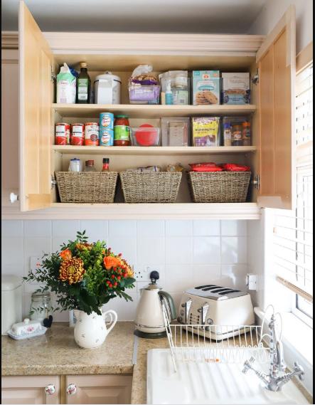 sắp xếp các đồ dùng nhà bếp lên trên các kệ mở