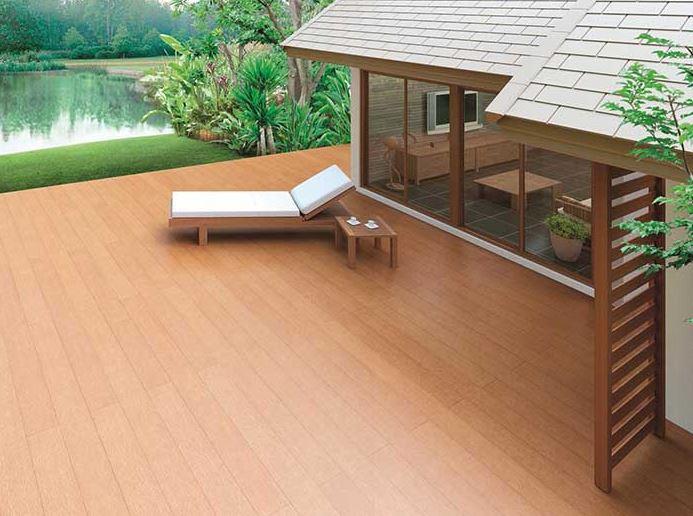 Khoảng sân ngắm cảnh sử dụng tấm lát sàn xi măng giả gỗ