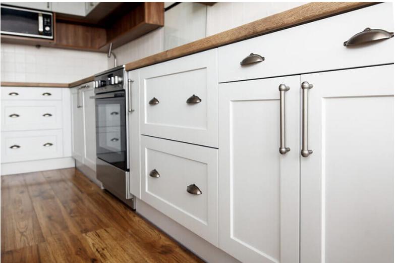 Thiết kế tủ bếp hiện đại kết hợp tay nắm hình bán nguyệt và tay nắm chữ D