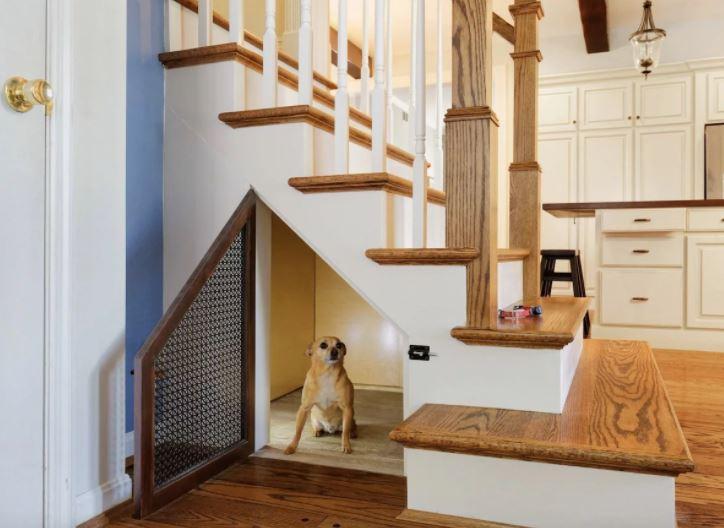 tận dụng gầm cầu thang làm nhà cho thú cưng