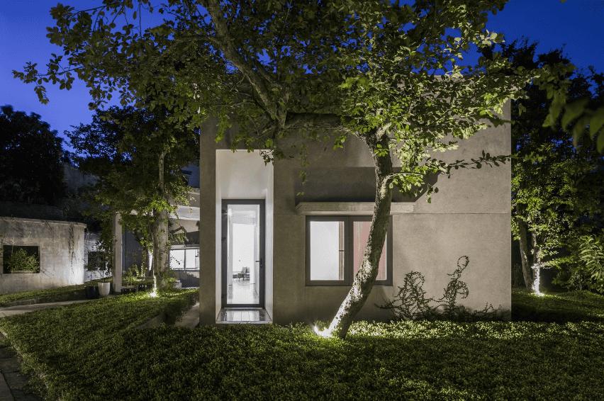 Thiết kế mặt tiền đẹp cho nhà 1 tầng với nhiều cây xanh bao quanh nhà