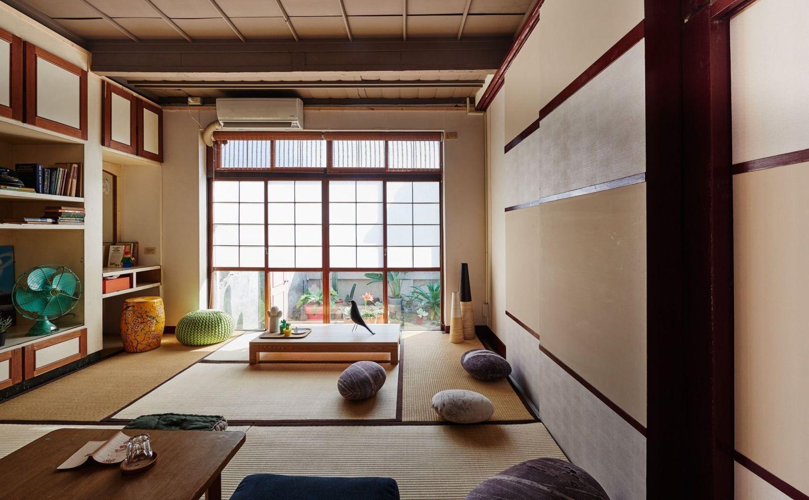 Chiếu Tatami tạo nên điểm nổi bật và nhấn mạnh thiết kế nội thất phòng khách