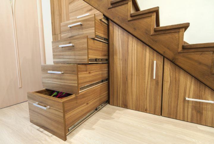 tận dụng gầm cầu thang làm tủ âm tường