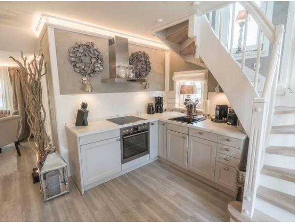 Mẫu thiết kế tủ bếp dưới gầm cầu thang sang trọng hiện đại