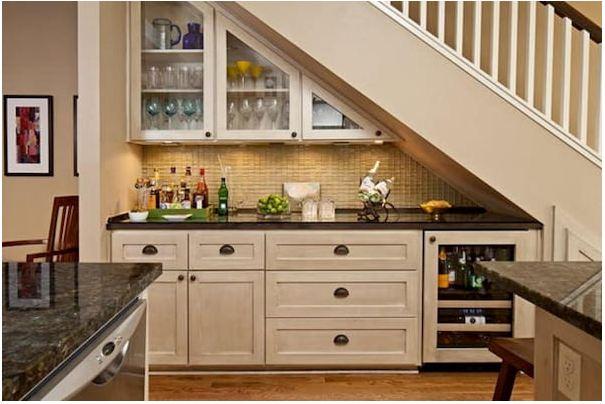 Mẫu tủ bếp chữ I nhỏ gọn dưới gầm cầu thang giúp tiết kiệm diện tích